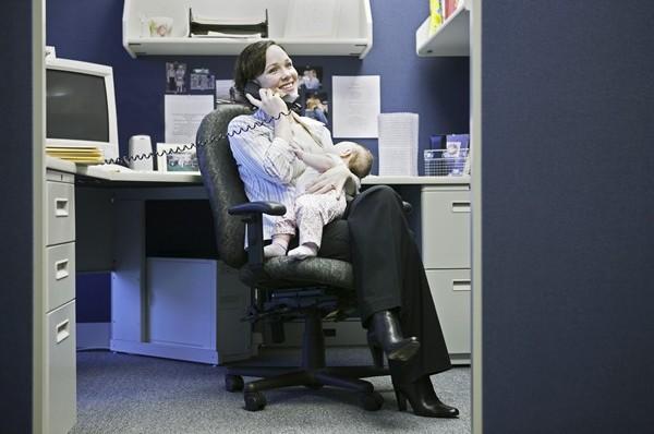 donna-allatta-ufficio_600x398